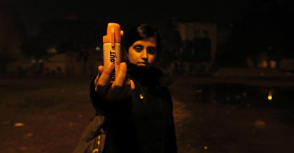 23.jan.2013 - Indiana mostra frasco de spray de pimenta que leva consigo para defesa pessoal, em Nova Déli, na Índia. Após os recentes casos de estupro dna Índia, a questão da segurança das mulheres passou a ser discutida por todo o país