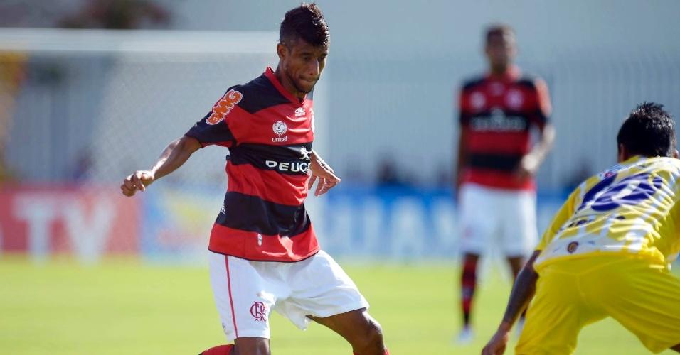 23.jan.2013 - Lateral direito Léo Moura tenta driblar adversário durante a partida contra o Madureira, pela segunda rodada do Estadual do Rio