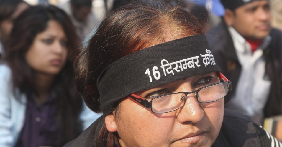 23.jan.2013 - Manifestantes protestam contra o estupro coletivo de uma jovem de 23 anos, que ocorreu no mês passado em Nova Déli, na Índia, nesta quarta-feira (23). Seis homens foram acusados ??e estão sendo julgados por estupro, incluindo um menor de idade
