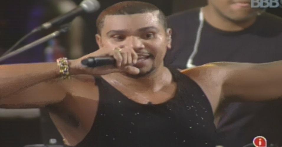 """23.jan.2013 - Naldo faz show na casa do """"BBB13"""". Ele cantou sucessos como """"Exagerado"""", """"Chantilly"""" e """"Amor de Chocolate"""""""