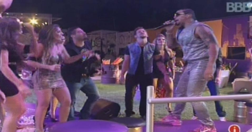 """23.jan.2013 - Naldo se apresenta na casa do """"BBB13"""". Ele abriu o show com """"Amor de Chocolate"""""""