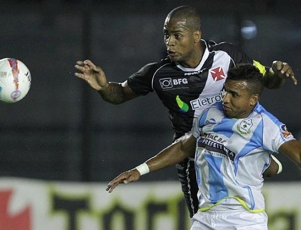 23.jan.2013 - Zagueiro Dedé, do Vasco, afasta o perigo durante a partida contra o Macaé, válida pela segunda rodada do Estadual do Rio