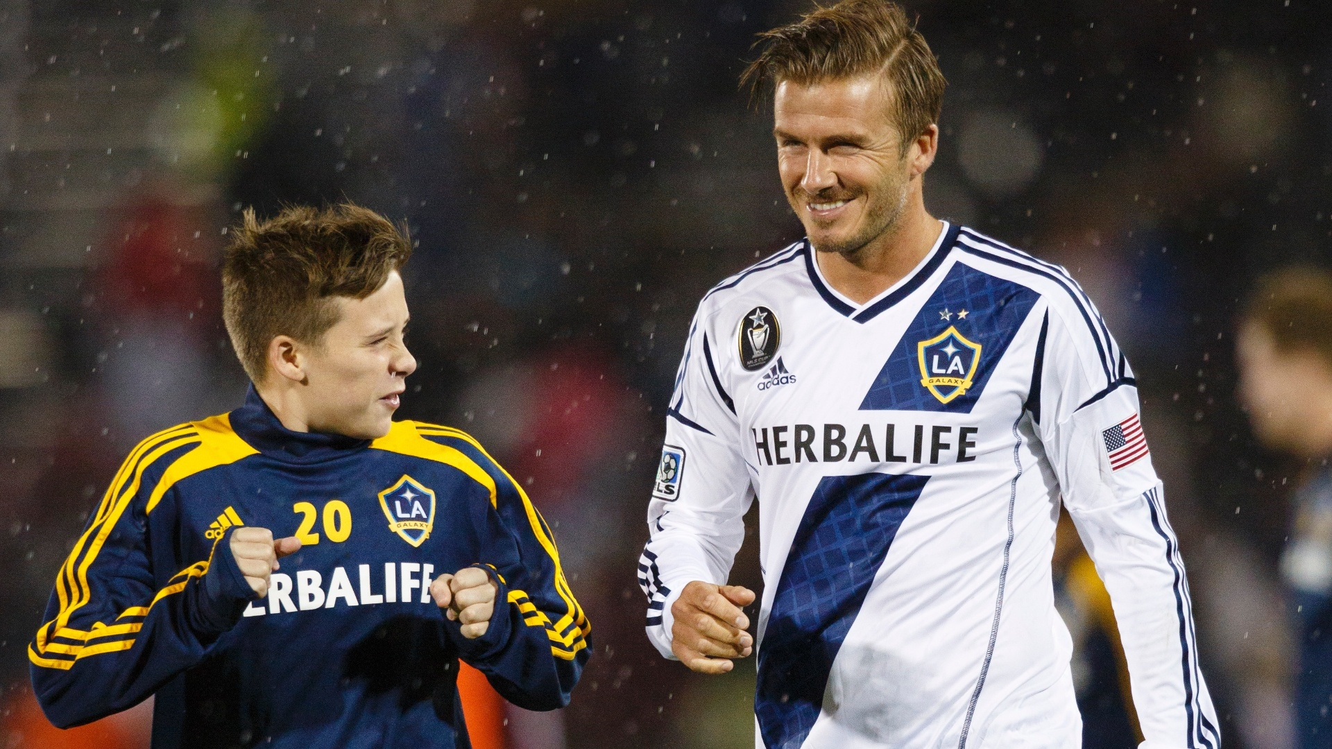 30.set.2012 - David Beckham, do Los Angeles Galaxy, se aquece ao lado do filho mais velho, Brooklyn, antes de partida contra o Colorado Rapids, pela MLS