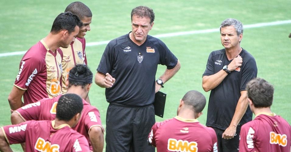Cuca conversa com os jogadores do Atlético-MG durante treino na Cidade do Galo (23/1/2013)
