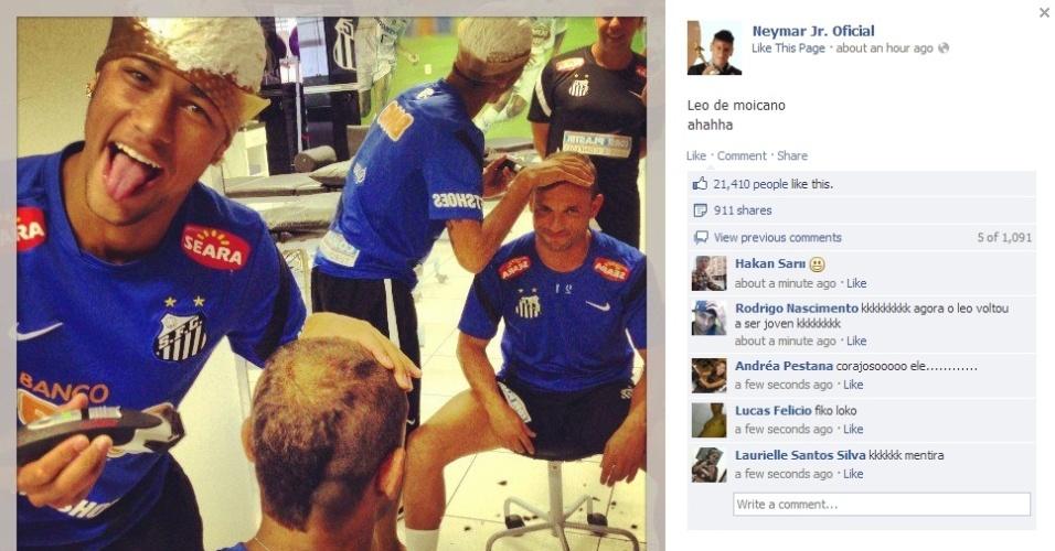 Enquanto espera a tintura loira de seu cabelo secar, Neymar faz penteado moicano no lateral esquerdo Léo