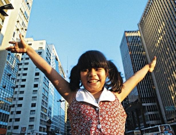 """Eunice Baía na Avenida Paulista aos 8 anos de idade. Hoje, com 22 anos, Eunice conta que ficou assustada ao chegar à capital paulista. """"Não tinha árvore e nem galinha na rua"""""""