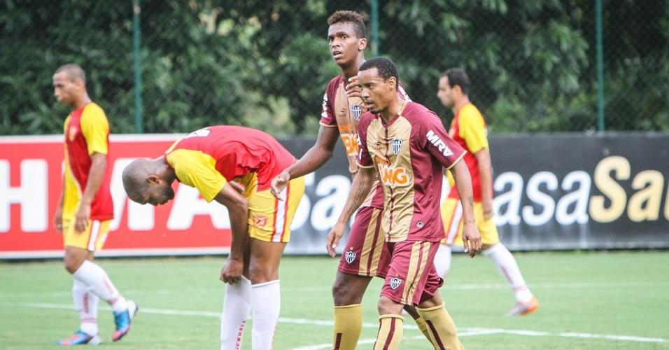 Jô e Rosinei durante jogo-treino do Atlético-MG na Cidade do Galo (23/1/2013)