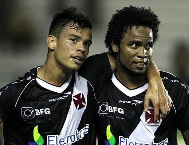 23.jan.2013 - Bernardo (esq) e Carlos Alberto comemoram gol do Vasco na vitória por 4 a 2 sobre o Macaé, pela segunda rodada do Estadual do Rio