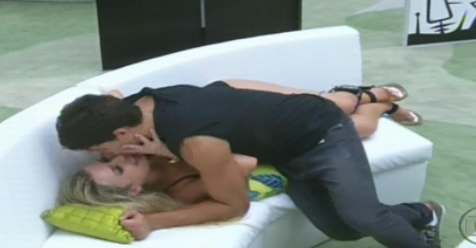 23.jan.2013 - Fernanda e André se beijam no sofá da sala enquanto brothers dançam na festa
