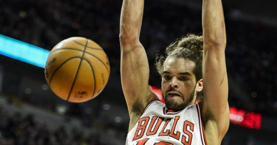 23.jan.2013 - Joakim Noah enterra e faz careta em lance da partida dos Bulls, que venceram os Pistons em casa