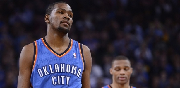 23.jan.2013 - Kevin Durant e Russell Westbrook lamentam a derrota do Thunder para o Golden State Warriors, por 104 a 99