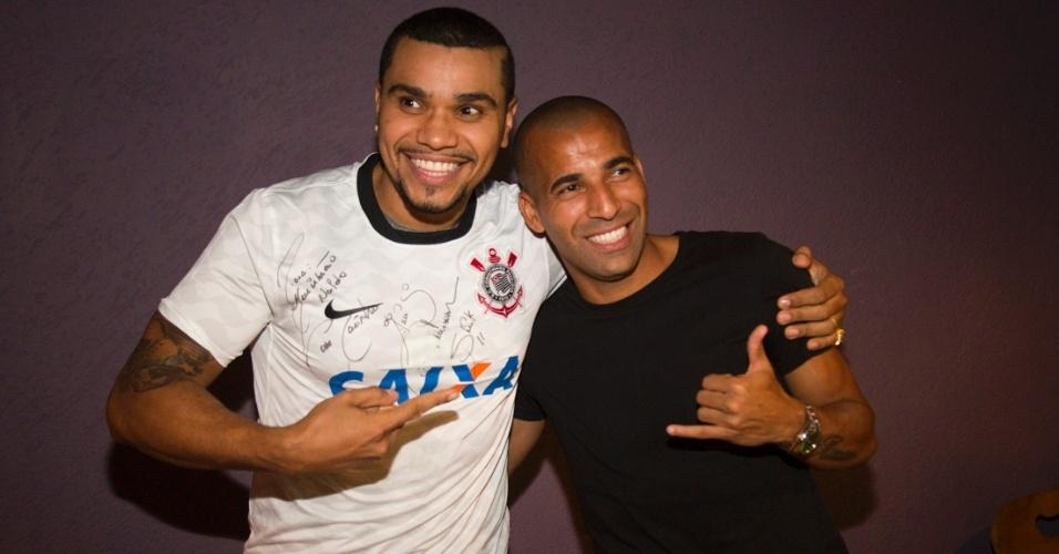24.jan.2012 - Emerson Sheik presenteia cantor Naldo com a camisa autografada do Corinthians após show em São Paulo