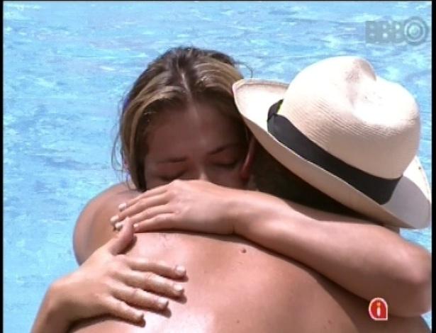 24.jan.2013 - A carioca Fani chorou e foi consolada por Aslan