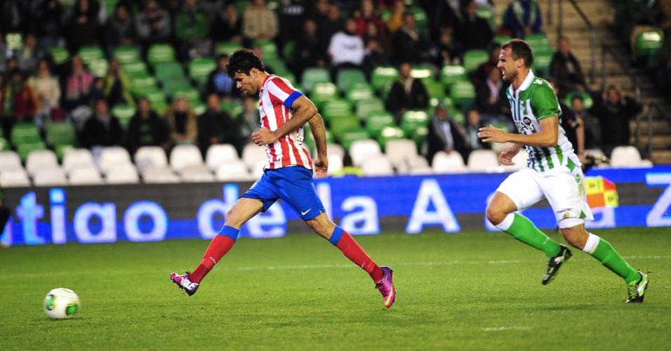 24.jan.2013 - Brasileiro Diego Costa bate para marcar o gol do Atlético de Madri no empate por 1 a 1 com o Betis, resultado que classificou o time da capital espanhola para as semifinais da Copa do Rei