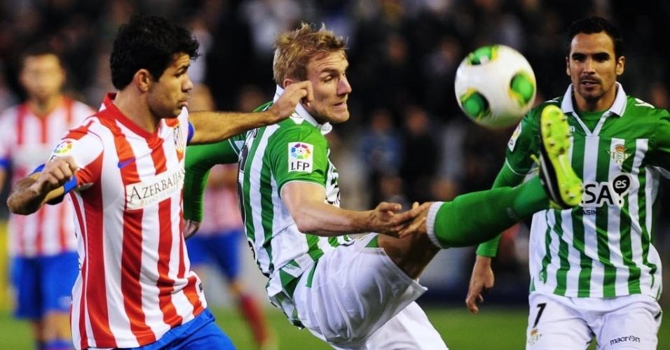 24.jan.2013 - Damien Perquis (dir), do Betis, disputa jogada com o brasileiro Diego Costa, do Atlético de Madri, durante partida da Copa do Rei