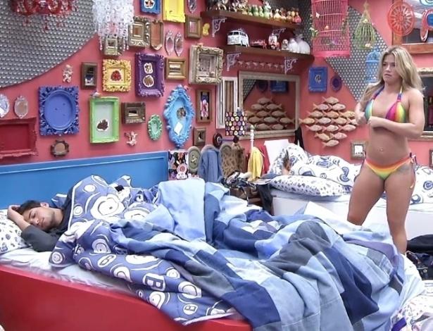24.jan.2013 - Enquanto o capixaba André dorme, a carioca Fani se troca para dar um mergulho na piscina
