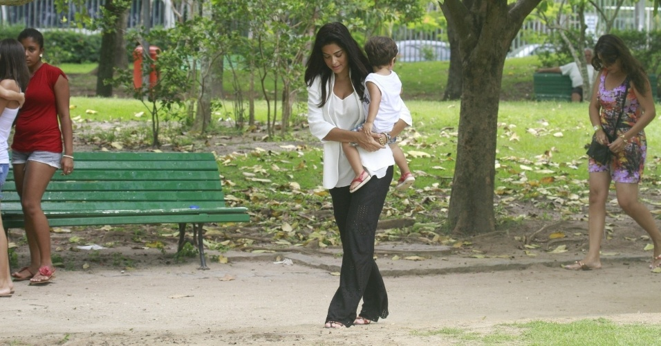 24.jan.2013 - Grvida pela segunda vez, Juliana Paes passeia com o filho Pedro por pracinha da zona oeste do Rio. O menino tem dois anos e  fruto do relacionamento da atriz com o empresrio Carlos Eduardo Baptista