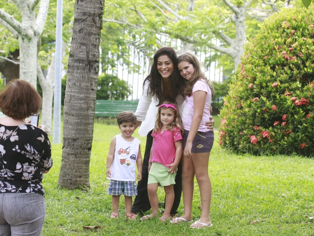24.jan.2013 - Grvida pela segunda vez, Juliana Paes tira foto com crianas durante passeio com o filho Pedro por pracinha da zona oeste do Rio. O menino tem dois anos e  fruto do relacionamento da atriz com o empresrio Carlos Eduardo Baptista