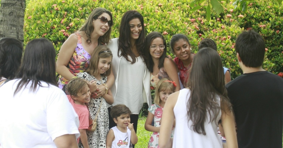 24.jan.2013 - Grvida pela segunda vez, Juliana Paes tira foto com crianas e suas mes durante passeio com o filho Pedro por pracinha da zona oeste do Rio. O menino tem dois anos e  fruto do relacionamento da atriz com o empresrio Carlos Eduardo Baptista