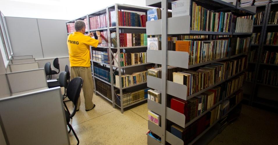 24.jan.2013 - Interno retira livro na biblioteca do presídio. Os presos que que apresentam bom comportamento podem optar por inúmeras atividades de trabalho e lazer