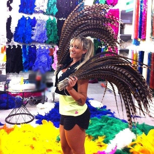 24.jan.2013 - Juju Salimeni compra adereços para sua fantasia no Carnaval
