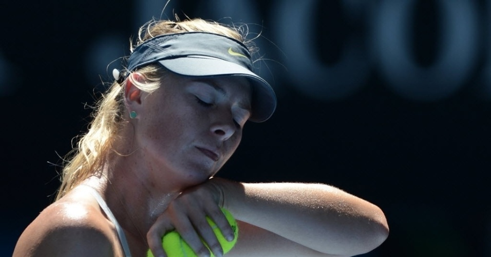 24.jan.2013 - Maria Sharapova dá mostras de cansaço na derrota para Na Li