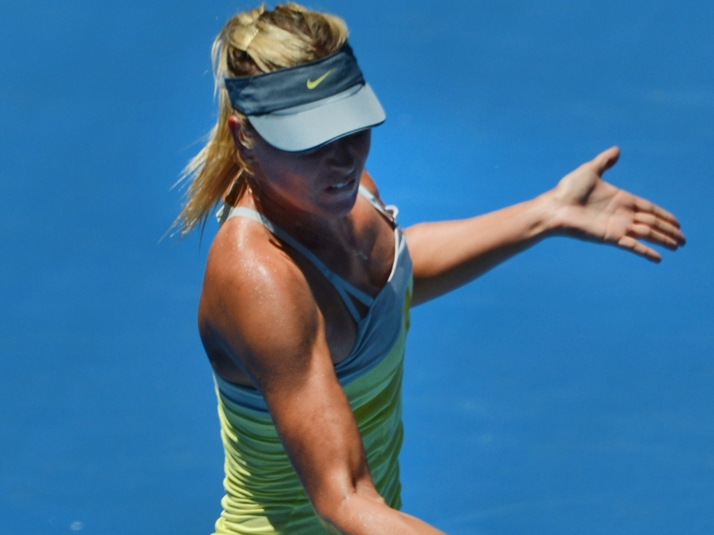 24.jan.2013 - A russa Maria Sharapova rebate a bola em duelo acirrado contra a chinesa Na Li
