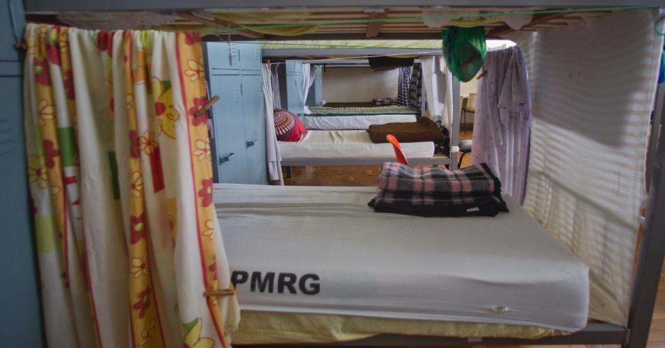 24.jan.2013 - Os detentos improvisam cortinas nos beliches para terem privacidade nas celas e alojamentos do presídio