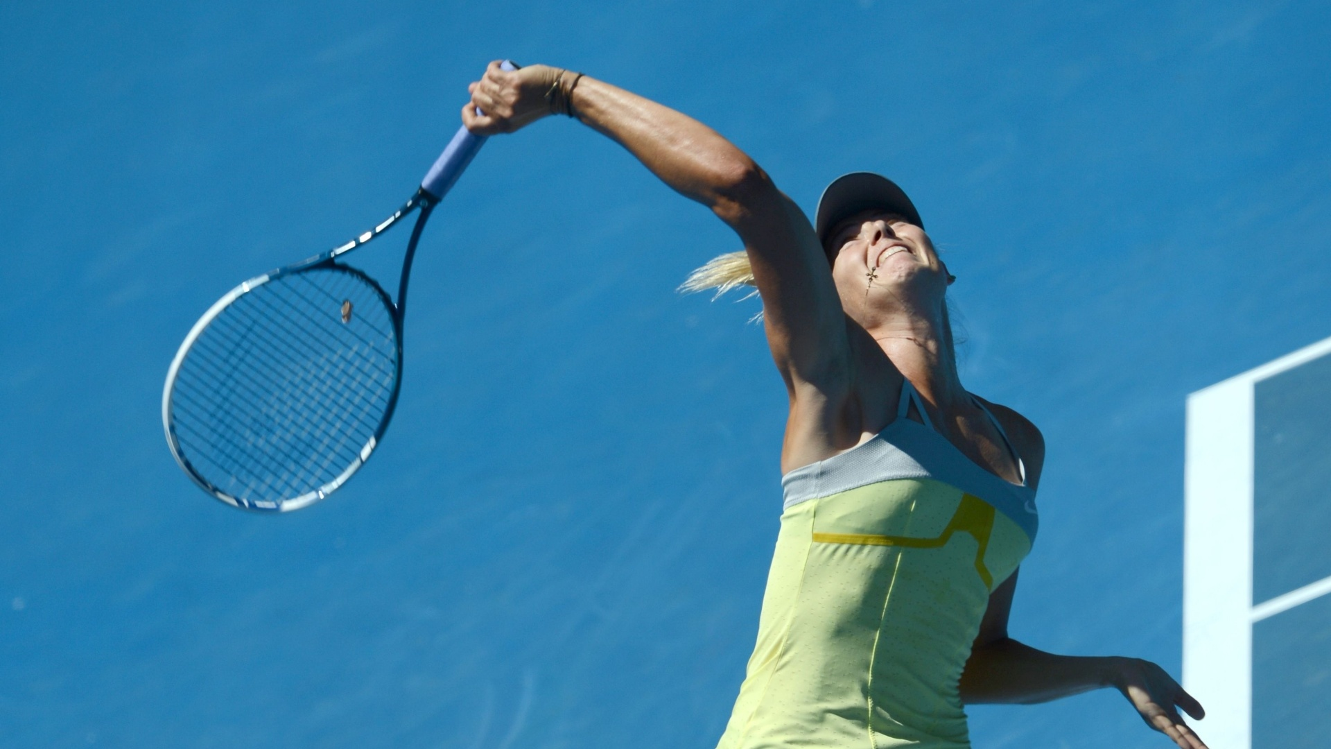 24.jan.2013 - Sharapova saca para devoluo de Na Li em duelo pela semifinal do Aberto da Australia 