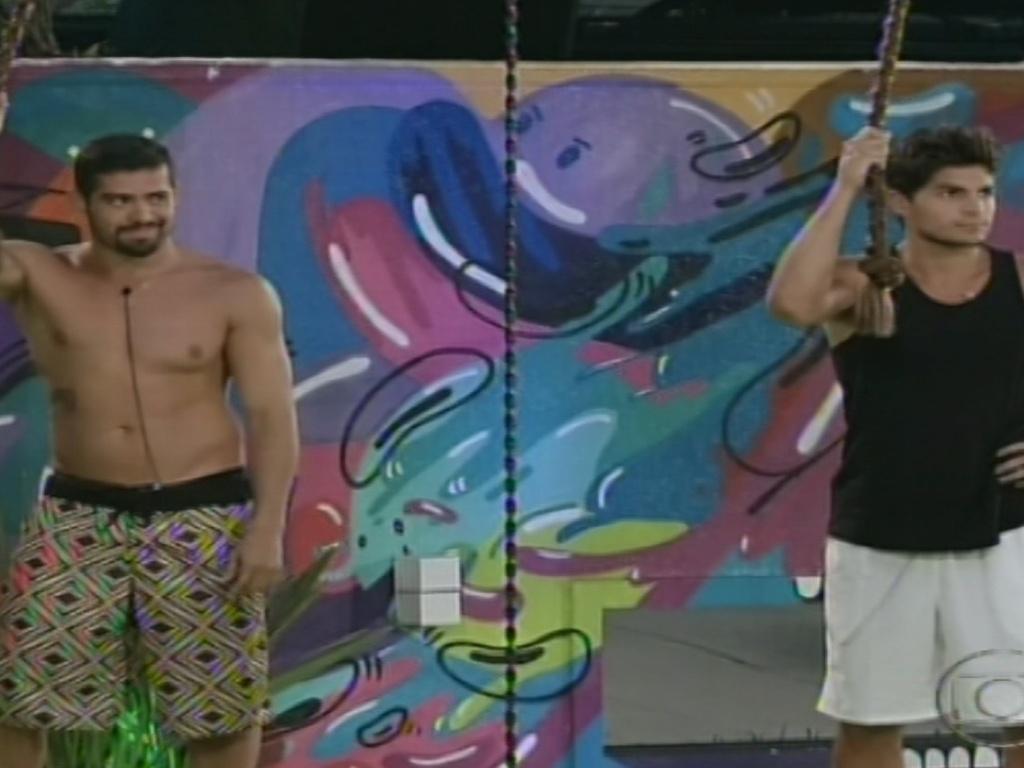 24.jan.2013 - Yuri e André se equilibram em cordas na prova do líder