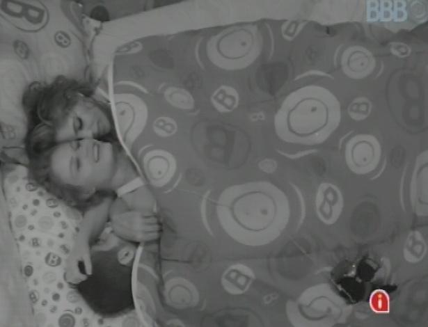 24.jan.2013 - Yuri, Natália e Anamara promovem brincadeiras picantes debaixo do edredom