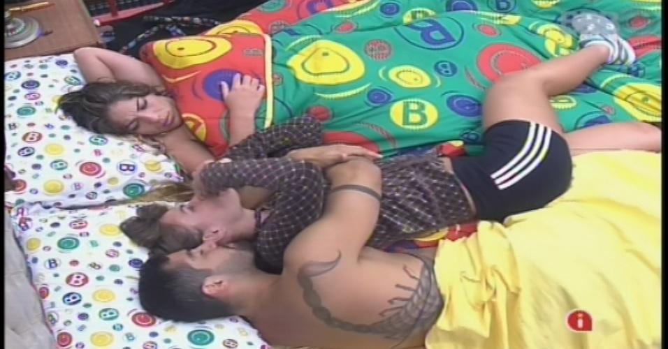 24.jan.2013 - Yuri puxa Natália e faz a sister se deitar na mesma cama em que ele e Anamara estão