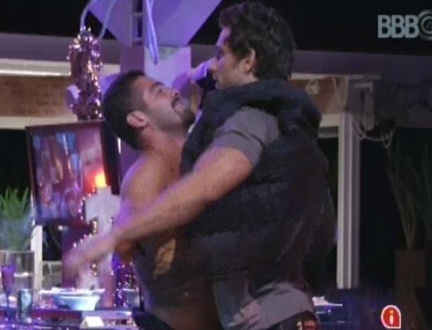 24.jan.2013 - Yuri tenta ajudar Eliéser, que estava com dor nas costas, mas brother acabou machucando o braço