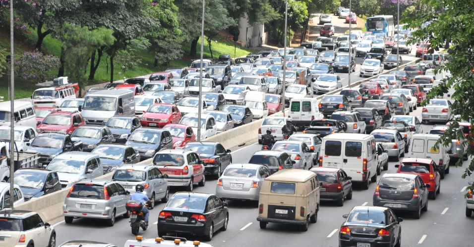 24.jan.2013 -Trânsito na avenida 23 de maio, em São Paulo, véspera do feriado do aniversário da capital paulista