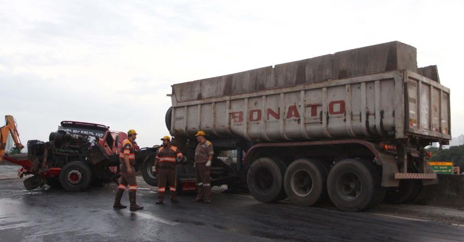 24.jan.2013- Um caminhão tombou no acesso da marginal Tietê para a rodovia Presidente Dutra, em São Paulo, nesta quinta-feira (24). O acesso ficou interditado, atrapalhando o trânsito no local. Ninguém ficou ferido