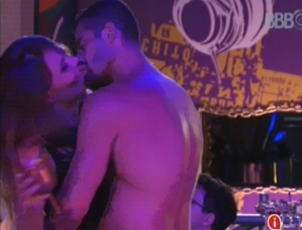 Clima entre Natália e Yuri esquenta durante a festa Charm