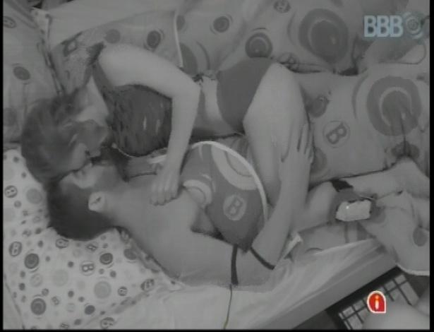 Clima esquenta na cama entre Natália e Yuri