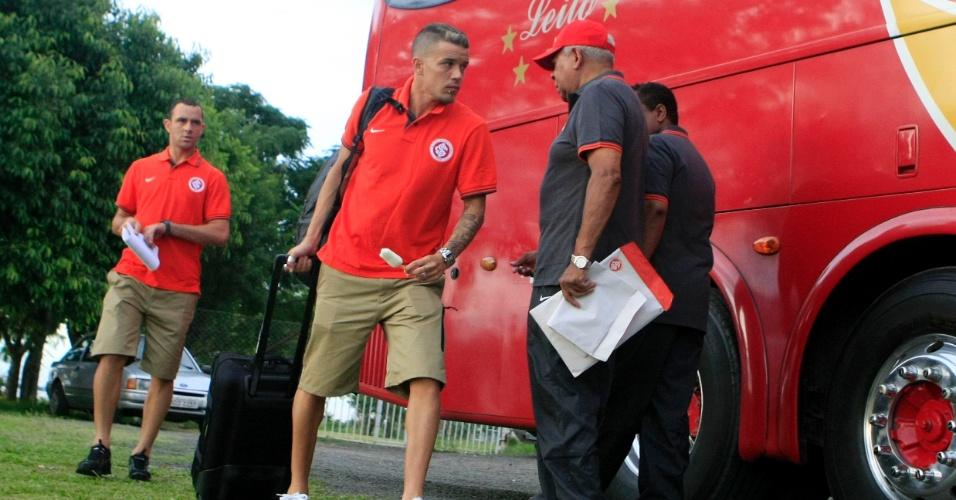 D'Alessandro se prepara para embarcar no ônibus antes da pré-temporada do Inter