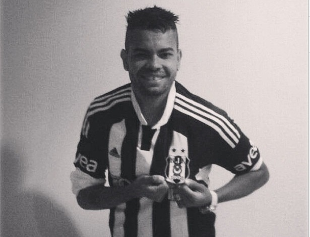 Dentinho veste a camisa do Besiktas