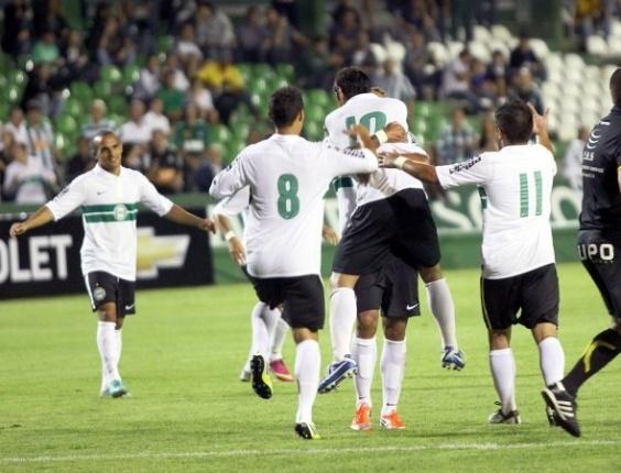 Jogadores do Coritiba comemoram gol em vitória sobre o Paranavaí (23/01)