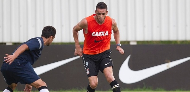 24.01.2013 - Renato Augusto, meia do Corinthians, carrega a bola em jogo-treino contra o Flamengo de Guarulhos