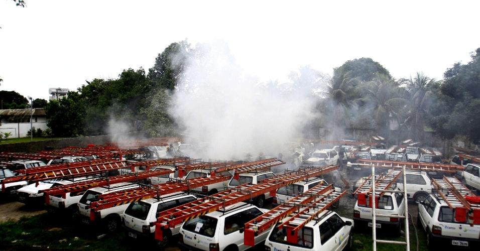 24.jan.2013 - Avião bimotor de pequeno porte cai em estacionamento de uma empresa, em Manaus. Os quatro ocupantes, dois pilotos e dois funcionários da empresa Prosegur, sobreviveram e ficaram apenas com escoriações pelo corpo