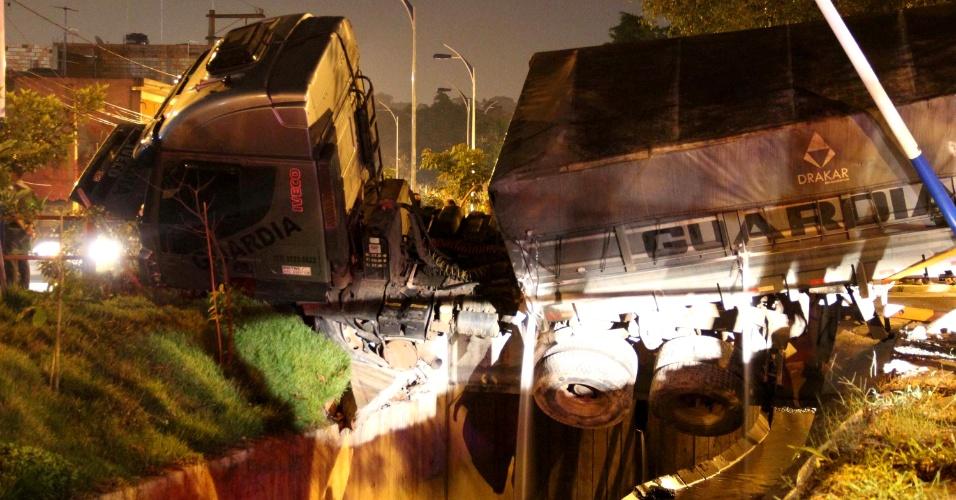 24.jan.2013 - O motorista de uma carreta perdeu o controle do veículo, que desceu desgovernado por uma rua de Taboão da Serra, na região metropolitana de São Paulo, na noite desta quinta-feira (24). Segundo a Polícia Militar, antes de parar, a carreta atropelou uma criança de três anos e uma mulher de 47. Ambas morreram no local