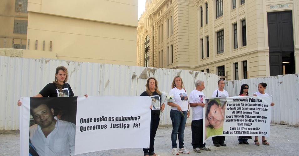 25.jan.2012- Parentes da vítimas do desabamento na Treze de Maio, no centro do Rio de Janeiro, estendem faixa em frente ao terreno no qual estavam localizados os três prédios que desmoronaram. A tragédia completa um ano nesta sexta-feira (25)