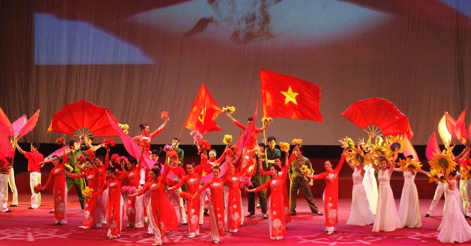 25.jan.2013 - Artistas se apresentam diante de imagem do herói da revolução comunista no país, Ho Chi Minh. Nesta sexta-feira (25) é celebrado os 40 anos do acordo de paz de Paris, que pôs fim à guerra do Vietnã e reunificou o país. Mais de 58 mil norte-americanos e 3 milhões de vietnamitas morreram na guerra