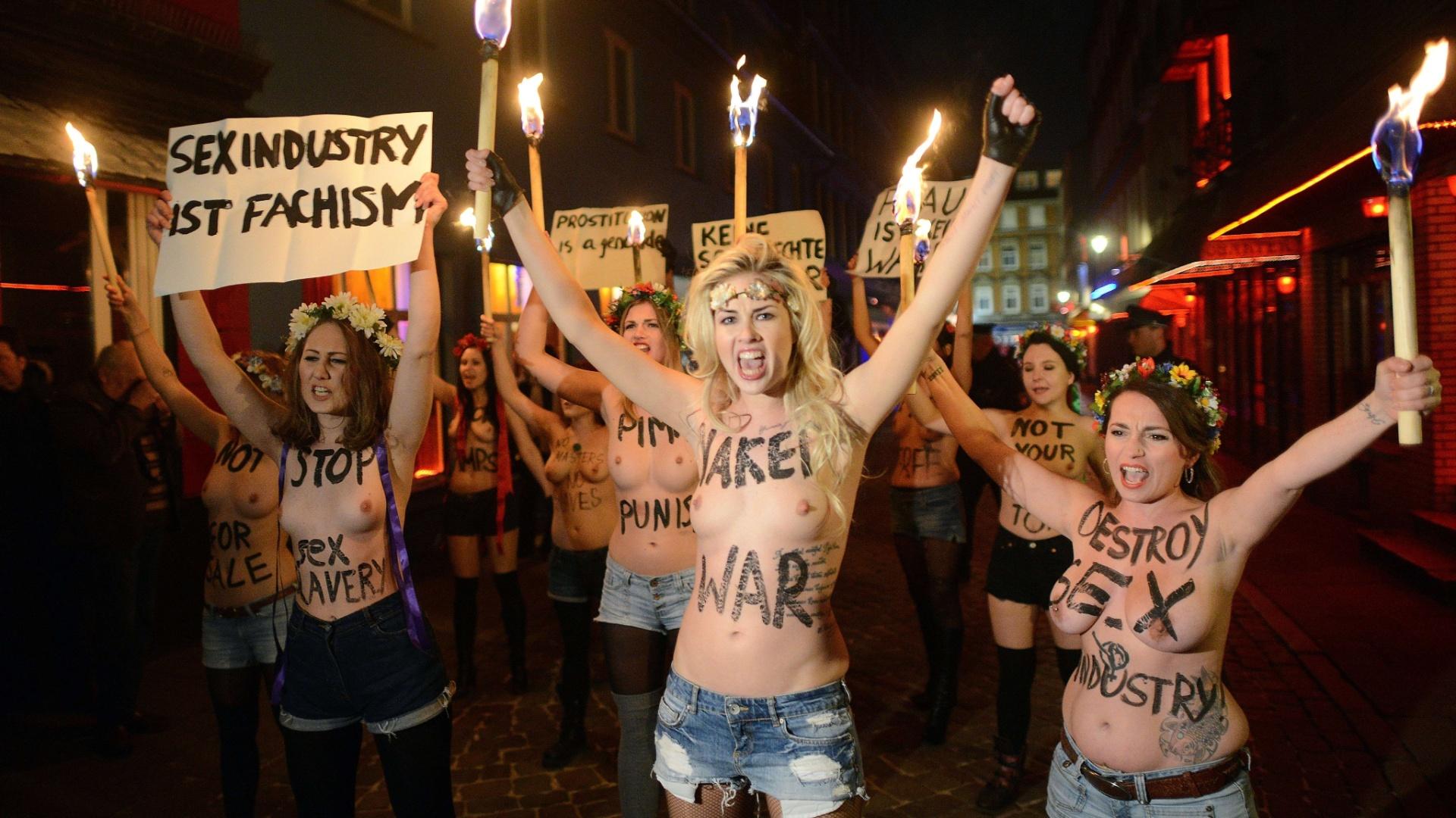 25.jan.2013 - Ativistas do Femen, grupo feminista de origem ucraniana, seguram tochas como protesto contra a prostituição no distrito de Herbertstrasse, em Hamburgo, no norte de Alemanha