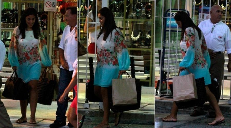 25.jan.2013 - Grávida, Juliana Paes fez compras pelo bairro da Barra da Tijuca, zona oeste do Rio. A atriz já é mãe de Pedro