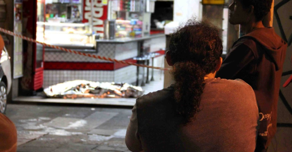 25.jan.2013 - Homem é morto a tiros dentro de uma lanchonete no parque Dom Pedro 2º, na região central de São Paulo, nesta madrugada. Segundo informações da PM, o homem estava na lanchonete quando um desconhecido chegou e abriu fogo. A vítima foi atingida por um tiro na cabeça e morreu no local
