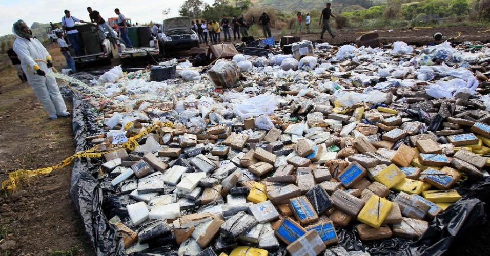 25.jan.2013 - Integrantes da polícia antidrogas do Panamá promovem a destruição de mais de cinco toneladas de drogas em aterro de lixo na Cidade do Panamá. Agentes antidrogas já incineraram 4.912 quilos de cocaína, 145 quilos de maconha e cinco quilos de heroína, que foram apreendidos entre 26 de novembro e 30 de dezembro do ano passado