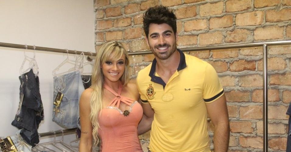 25.jan.2013 - Juju Salimeni e o ex-BBB Rodrigão prestigiaram a inauguração de uma loja na zona sul do Rio